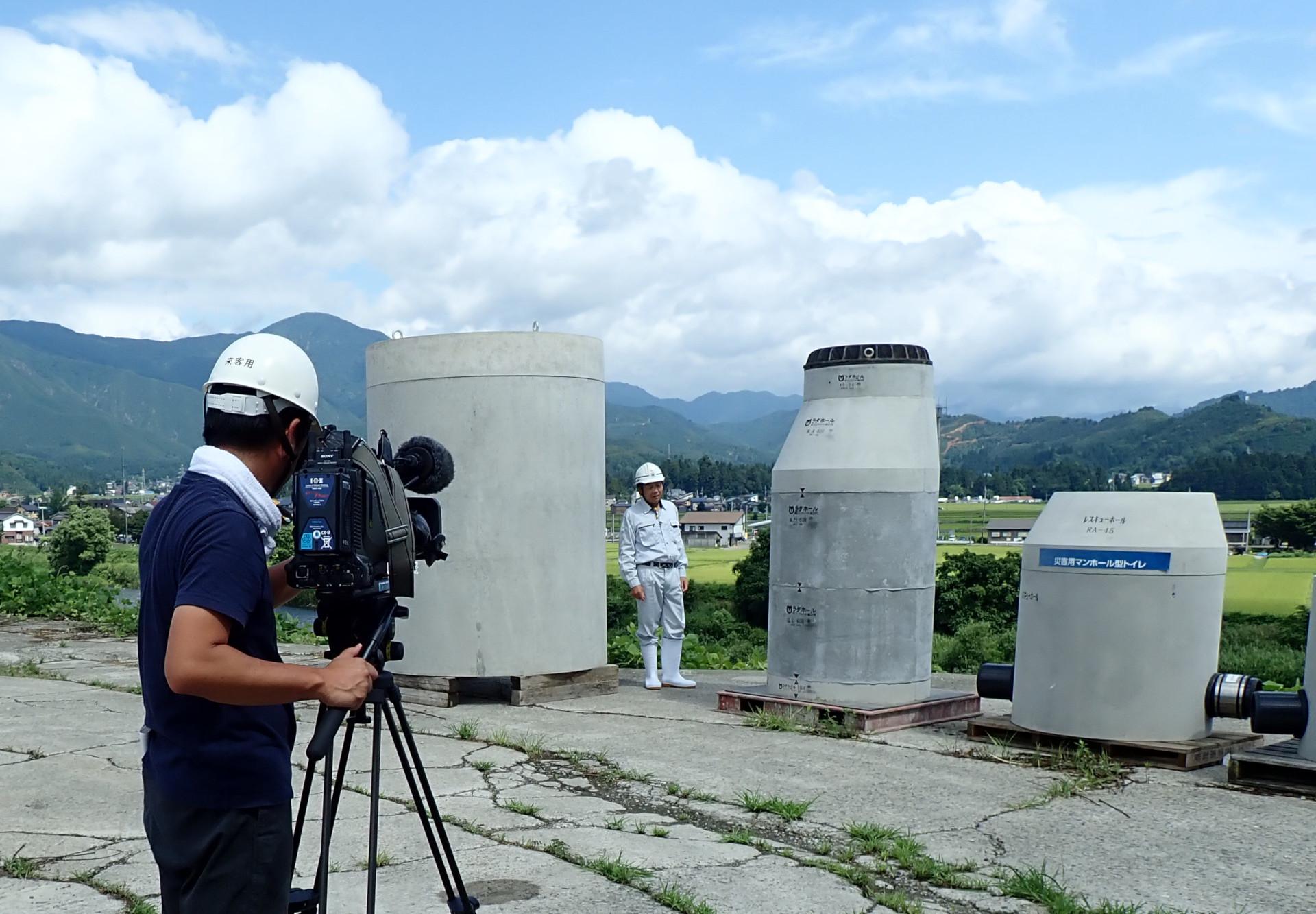 TeNY(テレビ新潟)さんが、弊社のマンホールを取材に来られました。